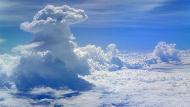 Кучево-дождевые облака часто являются признаком бури, поэтому пилоты стараются облетать их стороной.